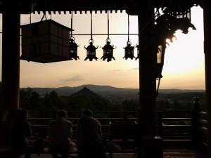 修学旅行生も観光客もほとんど居なくなった黄昏時の東大寺二月堂