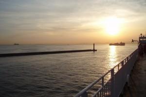 大阪湾に沈む夕日。数年前、九州行きのフェリーから撮ったものです。